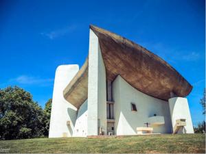现代建筑大师勒·柯布西耶与他的朗香教堂